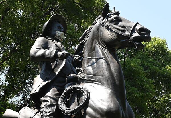 La estatua del revolucionario mexicano Francisco 'Pancho' Villa lleva un barbijo - Sputnik Mundo