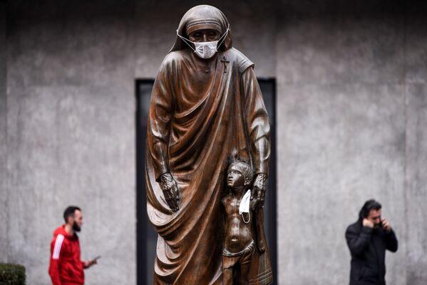La estatua de la Santa Teresa de Calcuta tiene puesta un barbijo, en Pristina, Kosovo - Sputnik Mundo