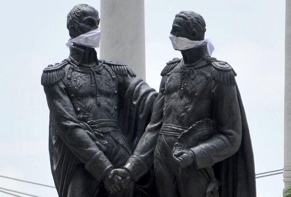 Las estatuas de los libertadores Simón Bolívar y José de San Martín en Guayaquil, Ecuador, también llevan máscaras - Sputnik Mundo