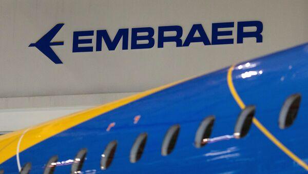 Logo de la empresa aeronáutica brasileña Embraer - Sputnik Mundo