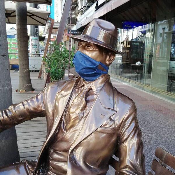 La estatua de Carlos Gardel, icónico cantante de tango del Río de la Plata, lleva una mascarilla en Montevideo, Uruguay - Sputnik Mundo