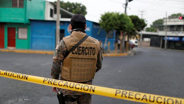Un militar en San Salvador, El Salvador - Sputnik Mundo