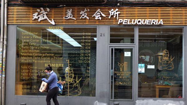 Una peluquería abierta en Usera, el barrio chino de Madrid.  - Sputnik Mundo