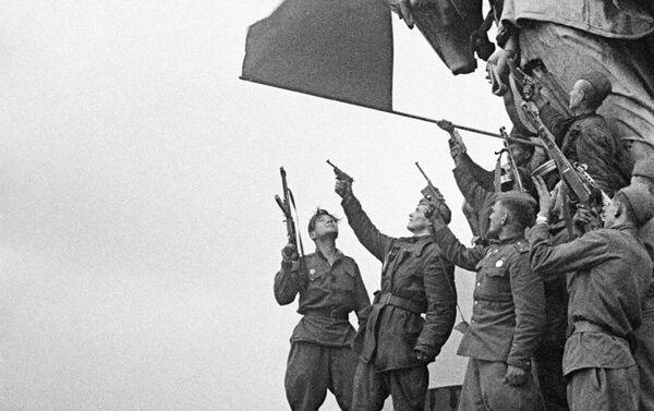 Soldados del batallón comandado por Stepán Neustróyev saludan en el techo del Reichstag - Sputnik Mundo