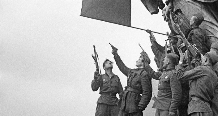Soldados de un batallón comandado por Stepán Neustróyev saludan en el techo del Reichstag