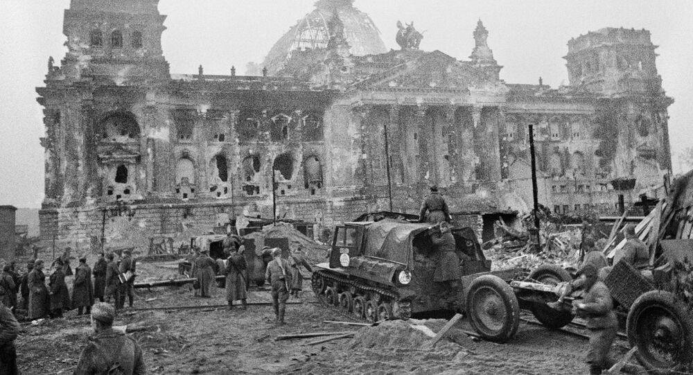 El Ejército soviético en el Reichstag en los primeros días después de la rendición de Alemania