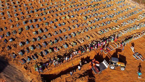 Excavación de las fosas comunes en Brasil a causa de la pandemia de coronavirus - Sputnik Mundo