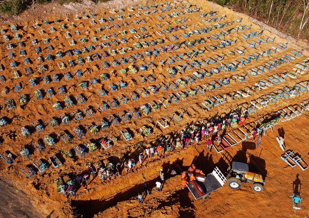 Excavación de las fosas comunes en Brasil a causa de la pandemia de coronavirus