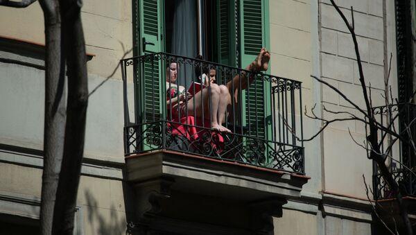 Dos jóvenes en un balcón en Barcelona - Sputnik Mundo