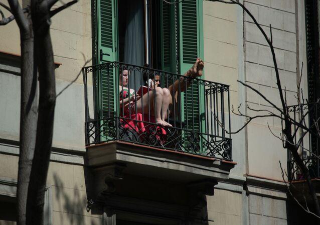 Dos jóvenes en un balcón en Barcelona