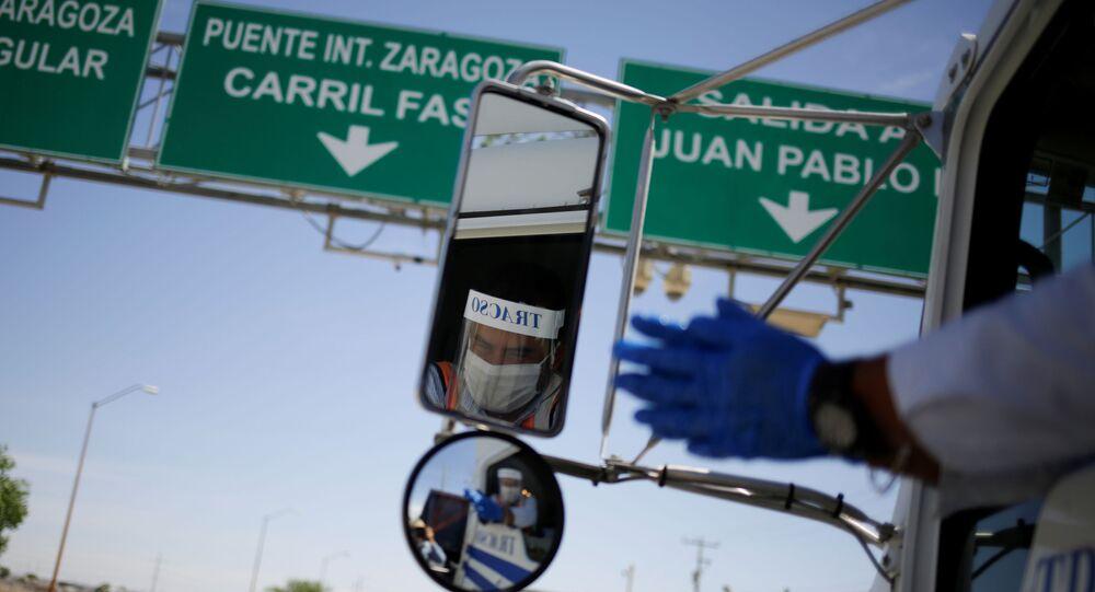 Un camión de carga pasa la zona fronteriza entre México y EEUU