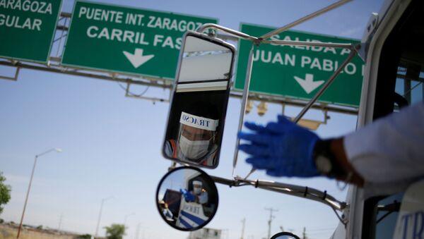 Un camión de carga pasa la zona fronteriza entre México y EEUU - Sputnik Mundo