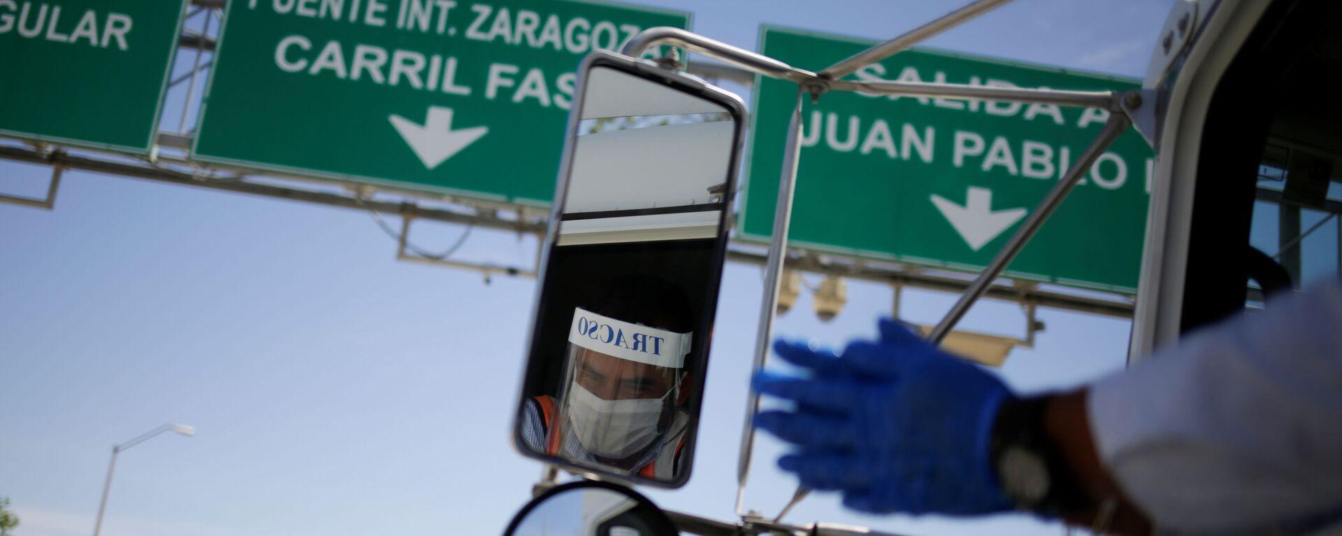 Un camión de carga pasa la zona fronteriza entre México y EEUU - Sputnik Mundo, 1920, 05.05.2020