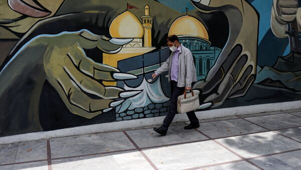 Un hombre en mascarilla en Irán  - Sputnik Mundo