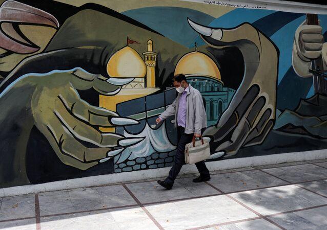 Un hombre en mascarilla en Irán