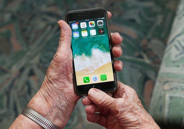 Un teléfono móvil en manos de una persona mayor