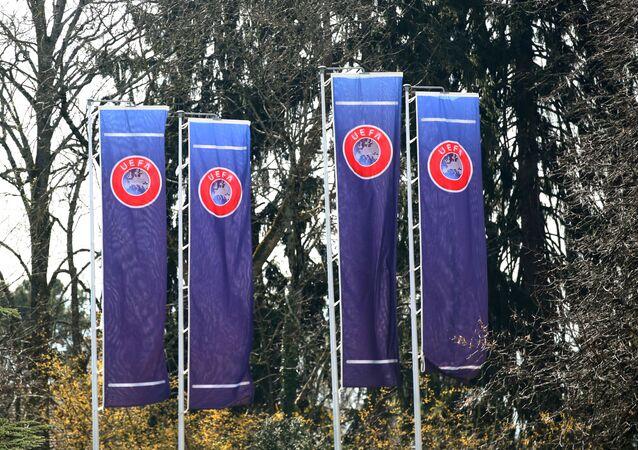 Banderas con el logo de la UEFA