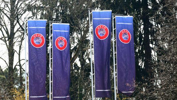 Banderas con el logo de la UEFA - Sputnik Mundo