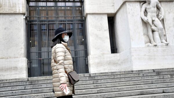 Una mujer en mascarilla en Milano, Italia - Sputnik Mundo
