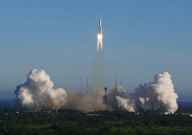 El lanzamiento del cohete portador chino Larga Marcha-5B