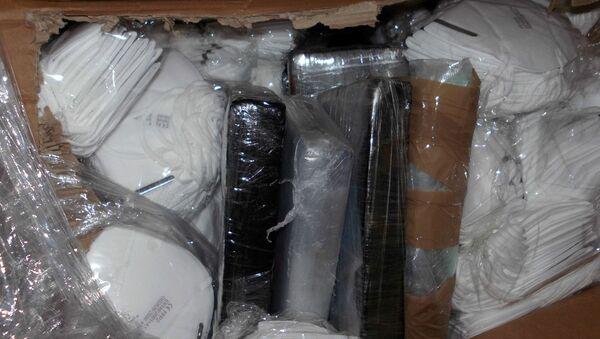 Paquetes con cocaína escondidos entre mascarillas - Sputnik Mundo