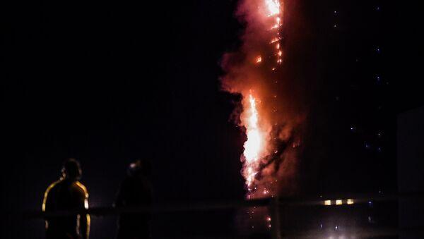 Un fuerte incendio consume un rascacielos en EAU - Sputnik Mundo
