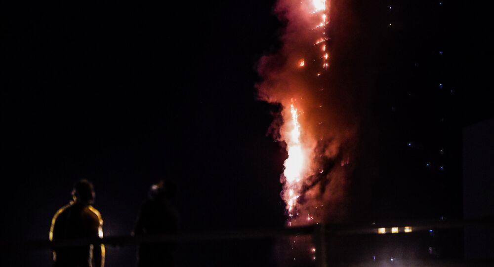Un fuerte incendio consume un rascacielos en EAU