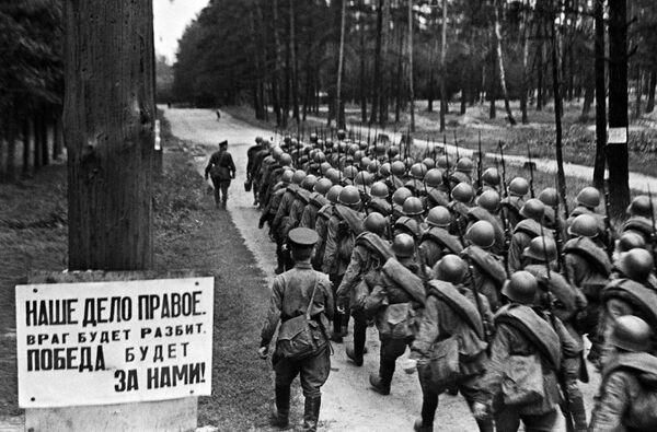 """""""Nuestra causa es justa. El enemigo será derrotado. La victoria será nuestra"""". Estas fueron las palabras del llamado radiofónico al pueblo soviético que se grabaron en la memoria de todos.En la foto: una columna de soldados parte al frente. Moscú, 23 de junio de 1943. - Sputnik Mundo"""