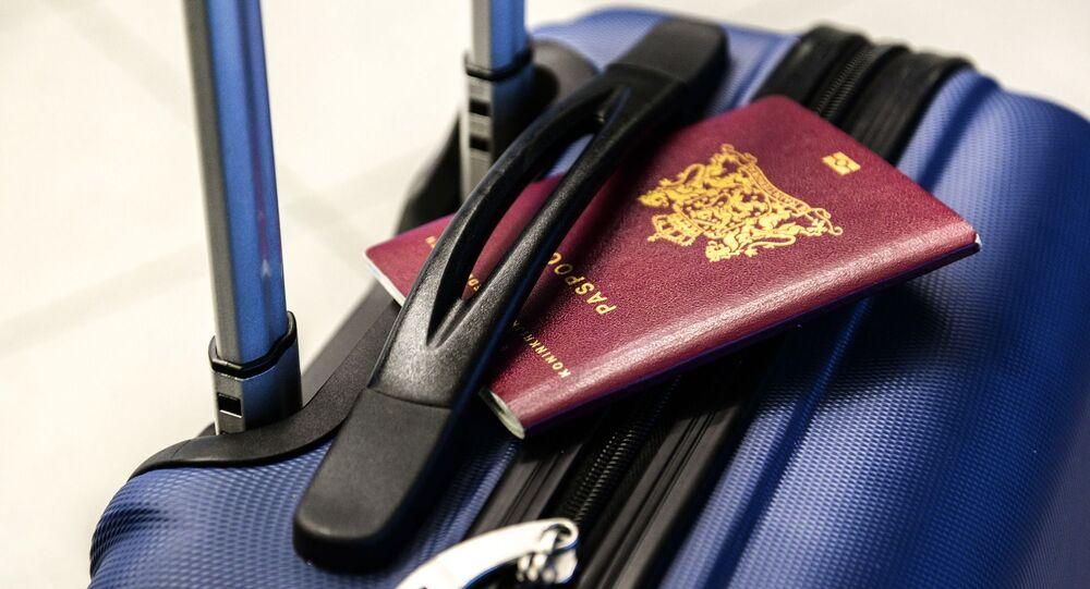 Un pasaporte y una maleta (imagen referencial)