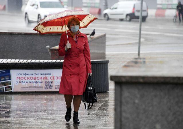 Una mujer con mascarilla en Moscú durante el brote del coronavirus en Rusia