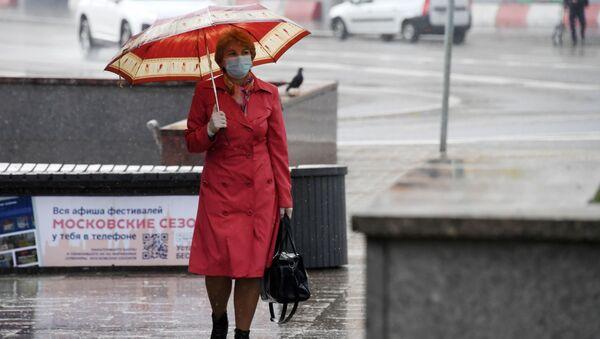 Una mujer con mascarilla en Moscú durante el brote del coronavirus en Rusia - Sputnik Mundo