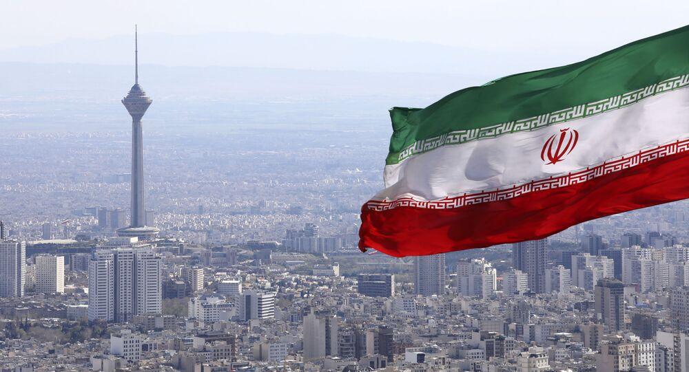 La bandera de Irán en la ciudad de Teherán