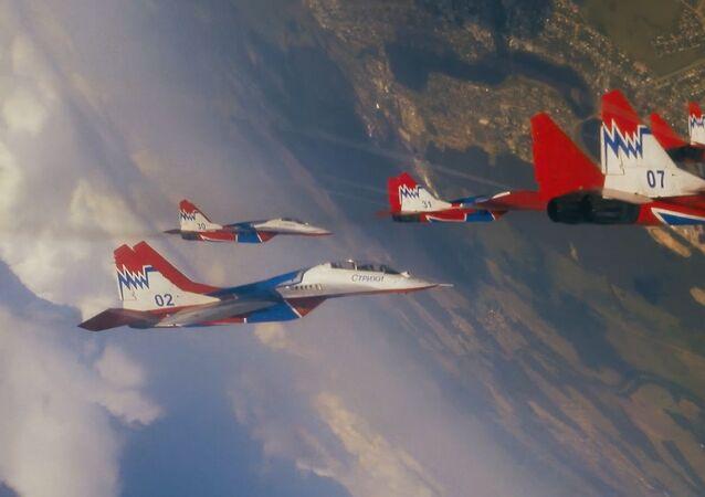 29 años de vuelos: el grupo aéreo Strizhí muestra sus acrobacias más impresionantes