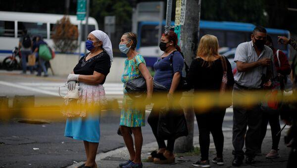 Cola para pasar un puesto de control en El Salvador - Sputnik Mundo