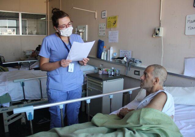 Profesional de la salud leyendo carta a paciente