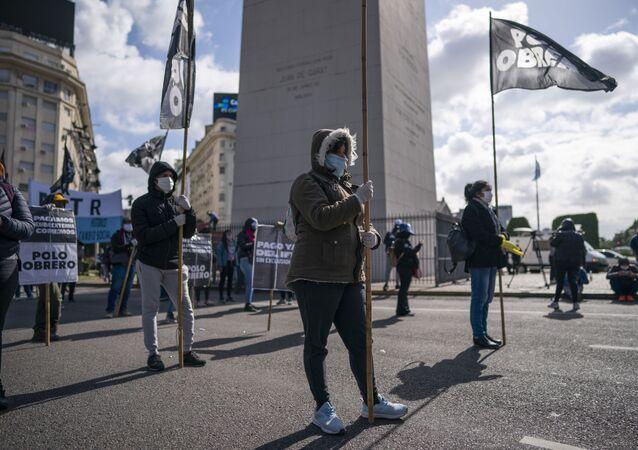 Manifestantes se movilizan en el Obelisco de Buenos Aires, respetando la distancia social por la pandemia de COVID-19