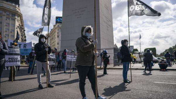 Manifestantes se movilizan en el Obelisco de Buenos Aires, respetando la distancia social por la pandemia de COVID-19 - Sputnik Mundo