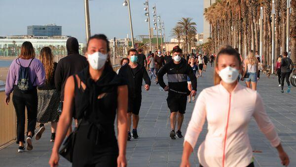 Caminantes en el paseo marítimo de Barcelona durante la desescalada - Sputnik Mundo