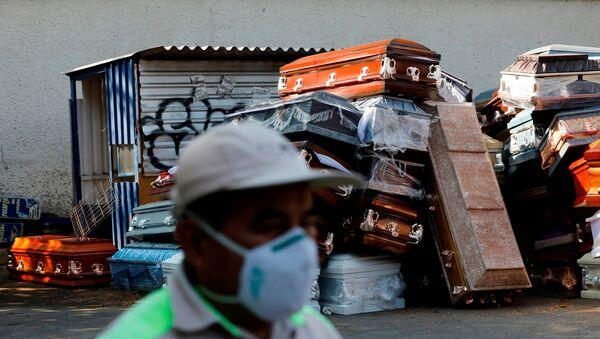 Ataúdes cerca de un crematorio en Ciudad de México durante la pandemia de COVID-19 - Sputnik Mundo