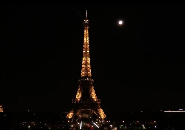 La superluna de las flores ilumina el cielo nocturno de París