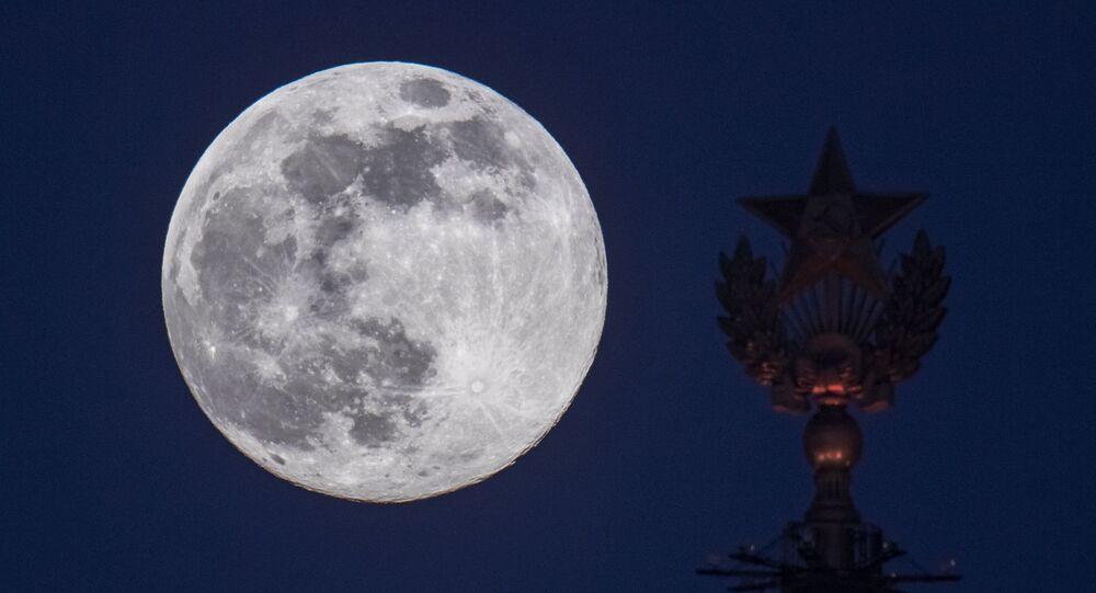 La Luna vista desde Moscú (archivo)