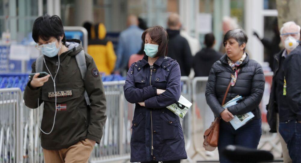 La gente haciendo cola en el Reino Unido