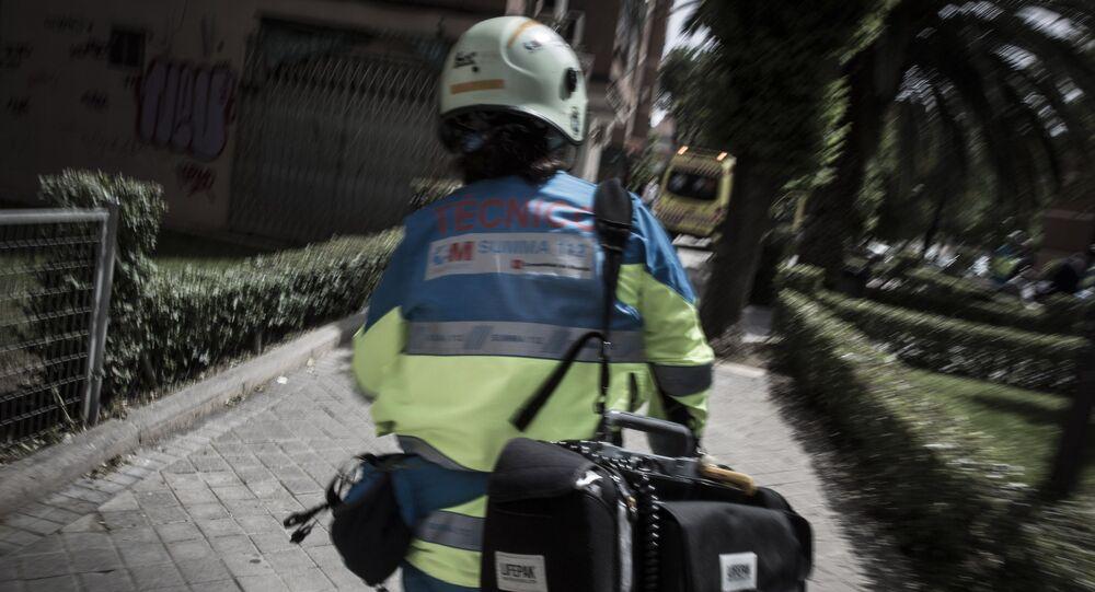 Un miembro del SUMMA, servicio de emergencias de Madrid, acude a un incidente