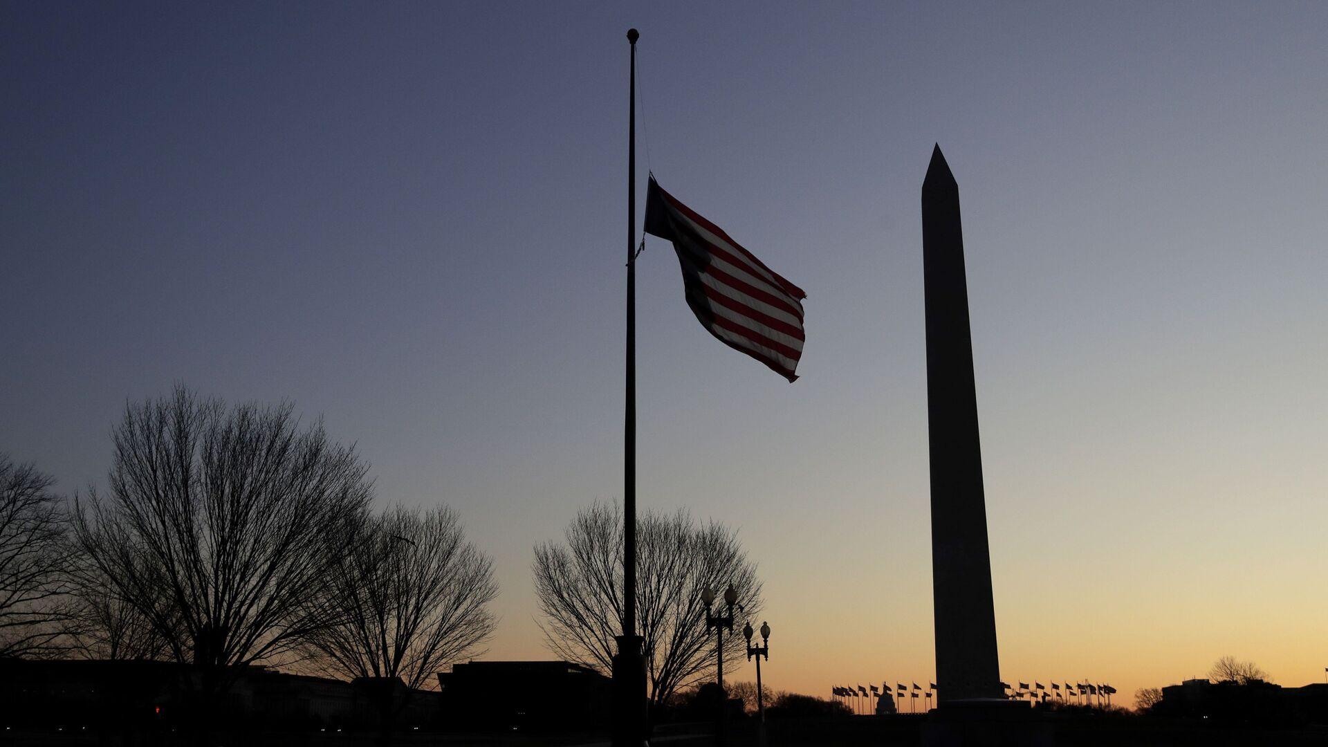 La bandera de EEUU y el Memorial de la Segunda Guerra Mundial en Washington - Sputnik Mundo, 1920, 06.04.2021