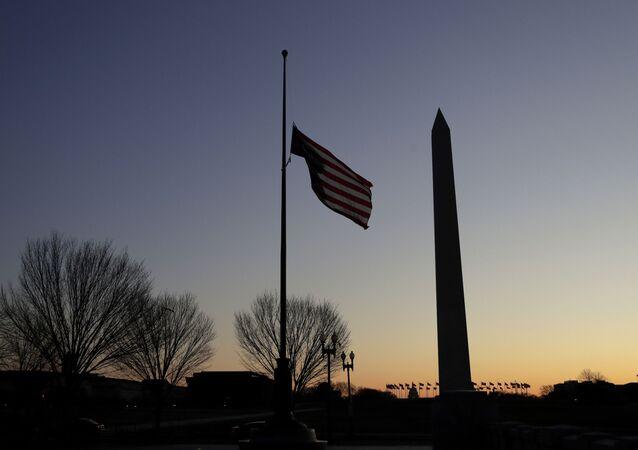 La bandera de EEUU y el Memorial de la Segunda Guerra Mundial en Washington