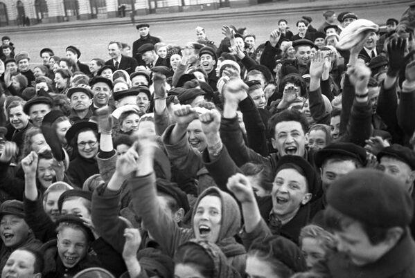 La mañana del 9 de mayo de 1945 miles de moscovitas salieron a las calles de la ciudad para celebrar el Día de la Victoria en la Segunda Guerra Mundial. - Sputnik Mundo