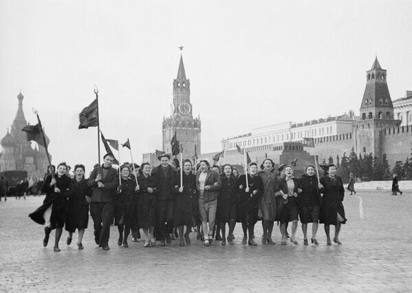 Pronto aparecieron las banderas de la URSS, la gente era cada vez más y todos se desplazaron hasta la Plaza Roja.   - Sputnik Mundo