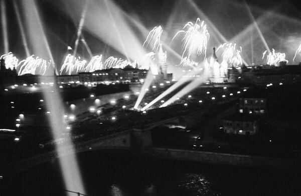 Los fuegos artificiales en honor al Día de la Victoria en la Gran Guerra Patria se avistaban en Moscú la noche del 9 de mayo de 1945. - Sputnik Mundo