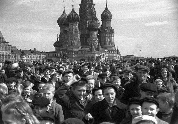 Miles de personas salieron a celebrar la victoria  a la Plaza Roja, 9 de mayo de 1945. - Sputnik Mundo