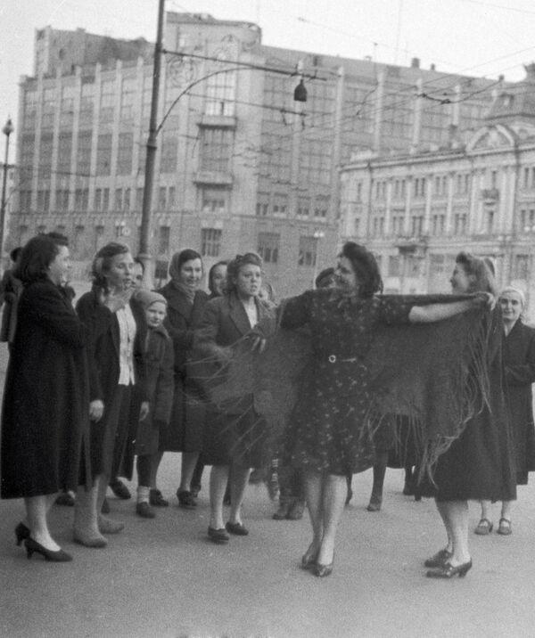 Los habitantes de la capital rusa comenzaron a movilizarse con canciones y bailes al ritmo de la armónica. - Sputnik Mundo